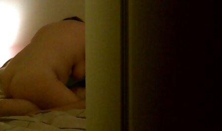 ソファに座って魅力的なブルネット 女 の エッチ 無料 動画
