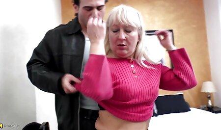 彼女は滑走路に短いスカートでブロンドを撮影しました セックス 動画 女性